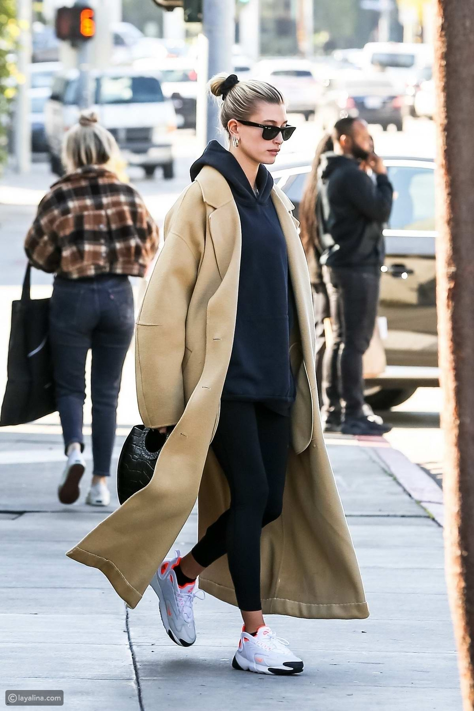 معطف طويل مع إطلالة رياضية