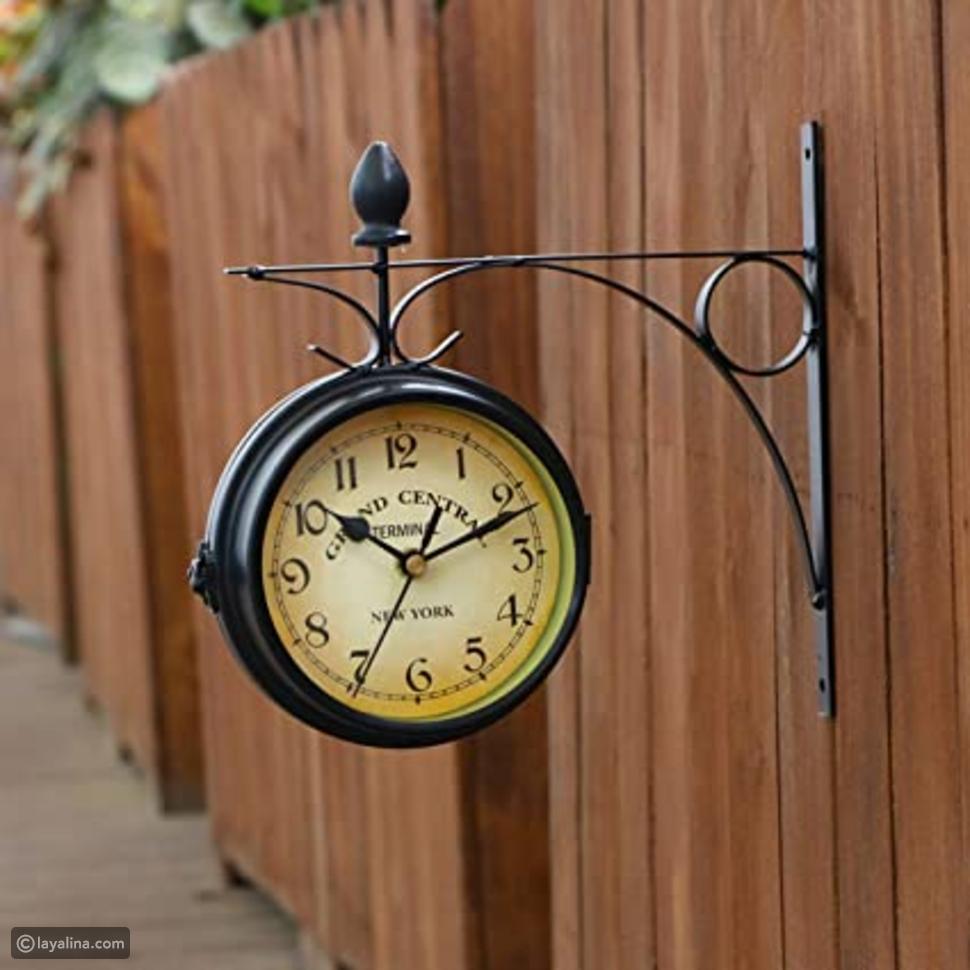 """هذه الساعة الجميلة مع حامل ملفوف على الحائط يعلوه فلور دي ليس مستوحاة من الساعات العتيقة التي تعلق في المدرج. يتميز وجه الساعة بأرقام سهلة القراءة تحيط بكلمات """"جراند سنترال تيرمينال"""" على الخلفية. إضافة رائعة لأي ديكور للمطبخ أو غرفة المعيشة، هذه الساعة تمثل أيضًا هدية رائعة للزفاف، أو الانتقال إلى المنزل أو الذكرى السنوية."""