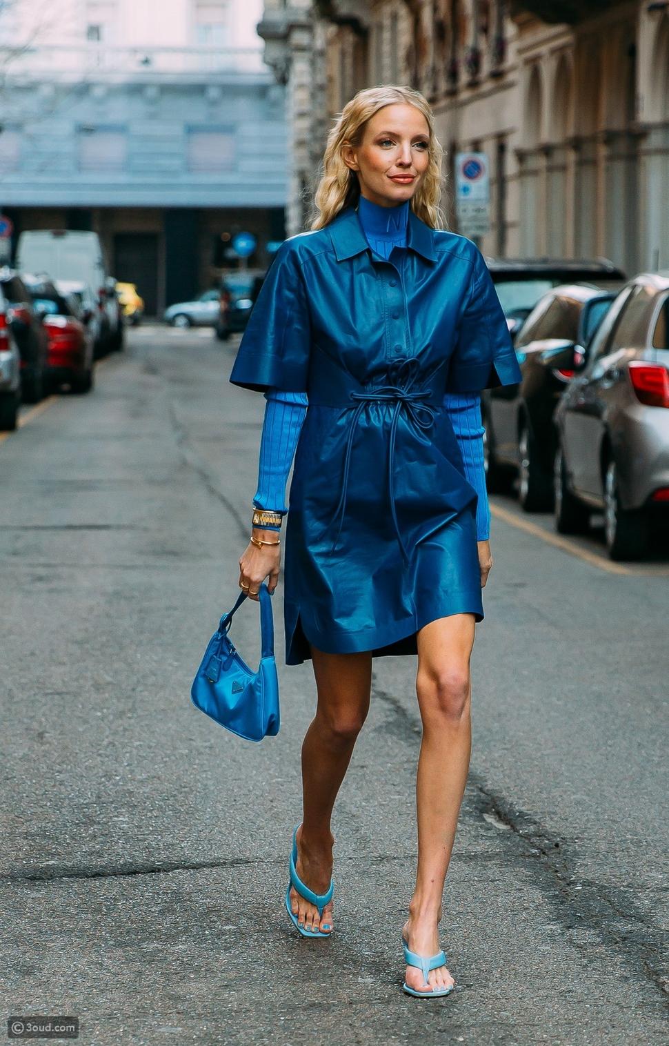 ملابس زرقاء اللون
