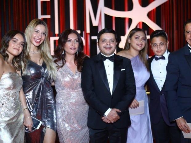 محمد هنيدي مع أبنائه وزوجته