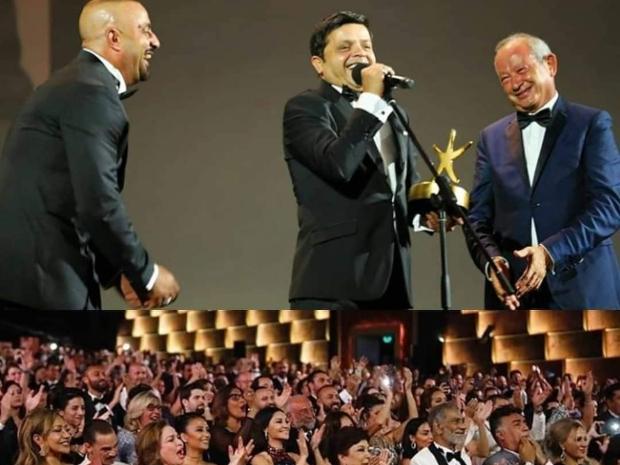 لحظة تكريم محمد هنيدي في مهرجان الجونة