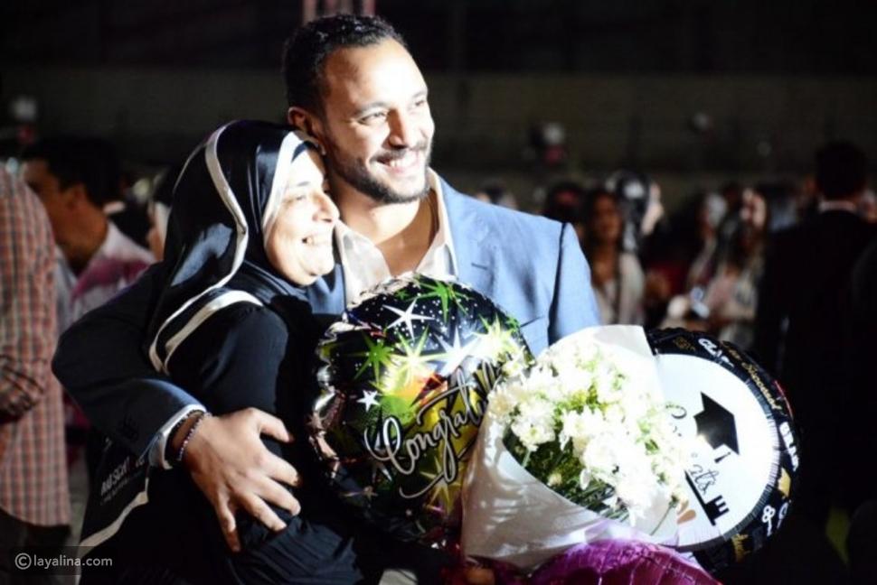 أحمد خالد صالح مع والدته