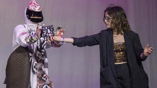 المغنية أثناء استلام الجائزة