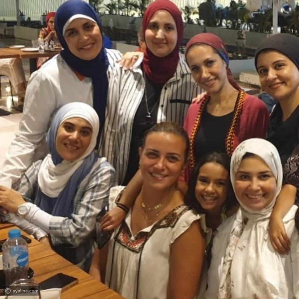 ريهام عبد الغفور مع صديقاتها المحجبات