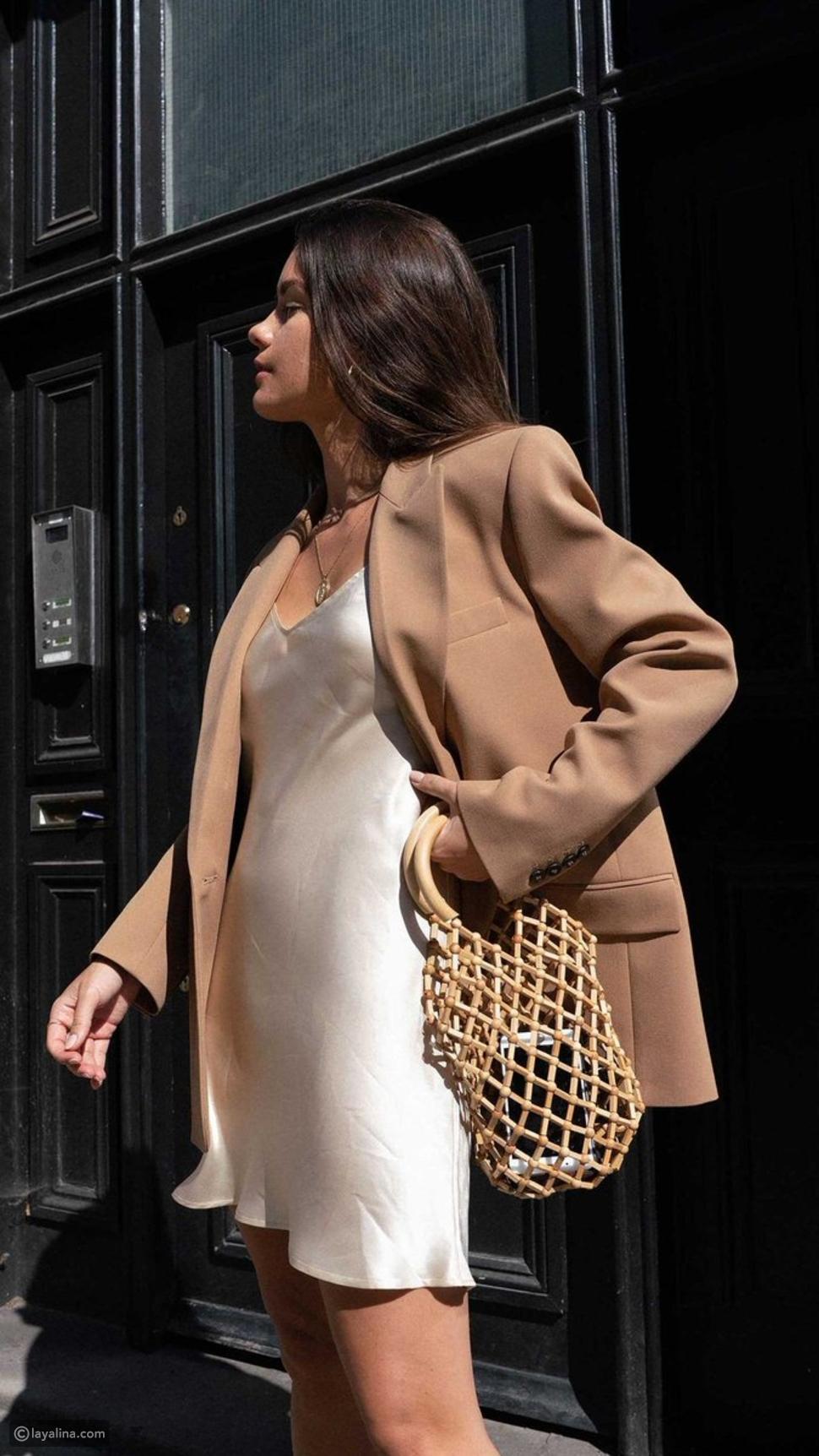 فستان ساتان قصير مع بدلة بليزر