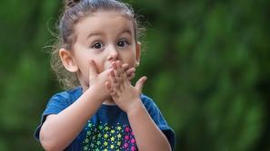 رائحة الفم الكريهة عند الأطفال: الأسباب وطرق العلاج