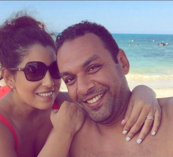 صورة رومانسية لأيتن عامر وزوجها على شاطئ الساحل الشمالي