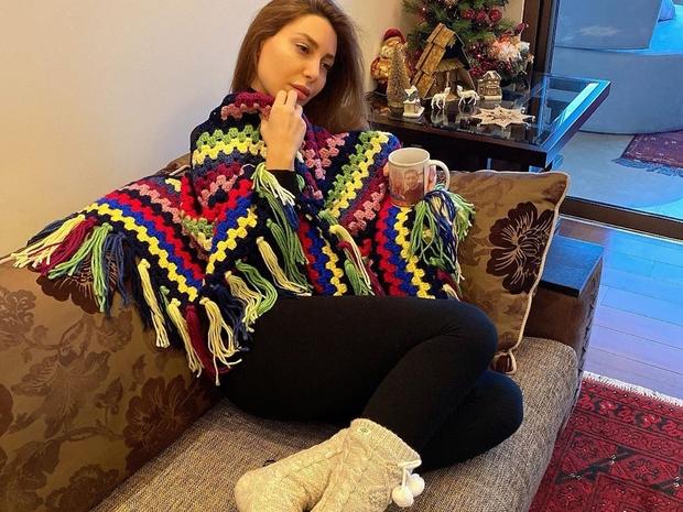 قاومي برد الشتاء بالبلوفر الصوف والوشاح الملون على طريقة يارا