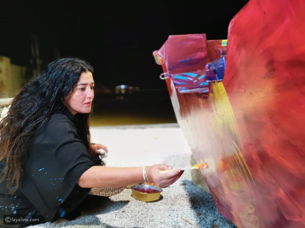 رسامة سعودية تحول سيارات مدينة جدة للوحات فنية