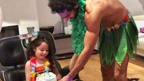 صور من حفل عيد ميلاد مكة ابنة محمد صلاح.. ووالدها يطل بشكل طريف ومضحك