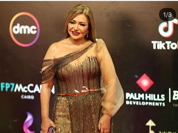 صور: ليلى علوي بفستان يكشف وزنها الحقيقي في افتتاح مهرجان القاهرة