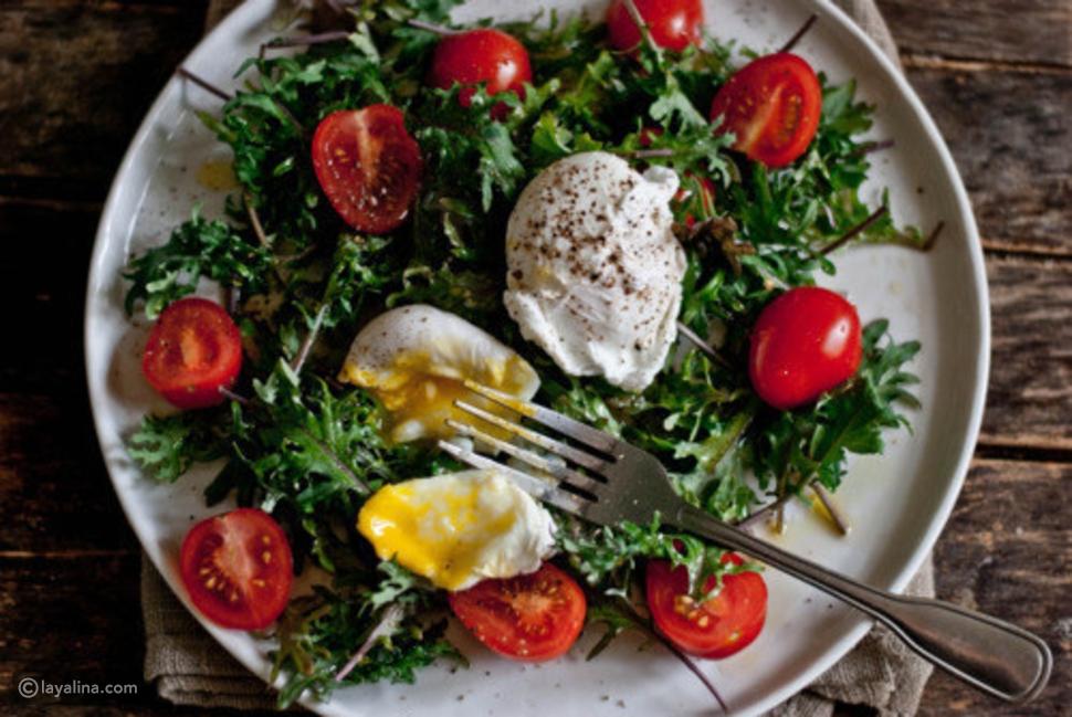 البيض المسلوق مع الطماطم والخضار