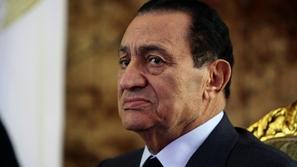 لقطة نادرة للرئيس حسني مبارك ممثلاً في مشهد من فيلم قديم