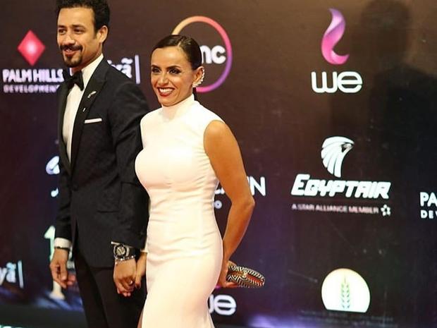 صور: أحمد داوود ينقذ زوجته من موقف محرج في افتتاح مهرجان القاهرة