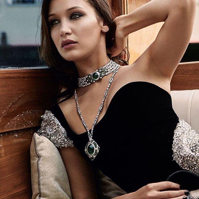 بيلا حديد ترتدي مجوهرات بولغاري