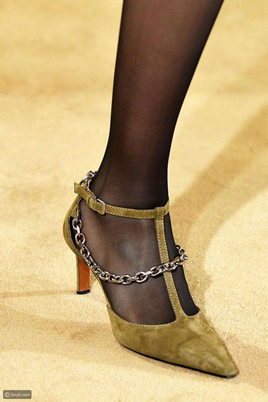 أحذية مزينة بسلاسل