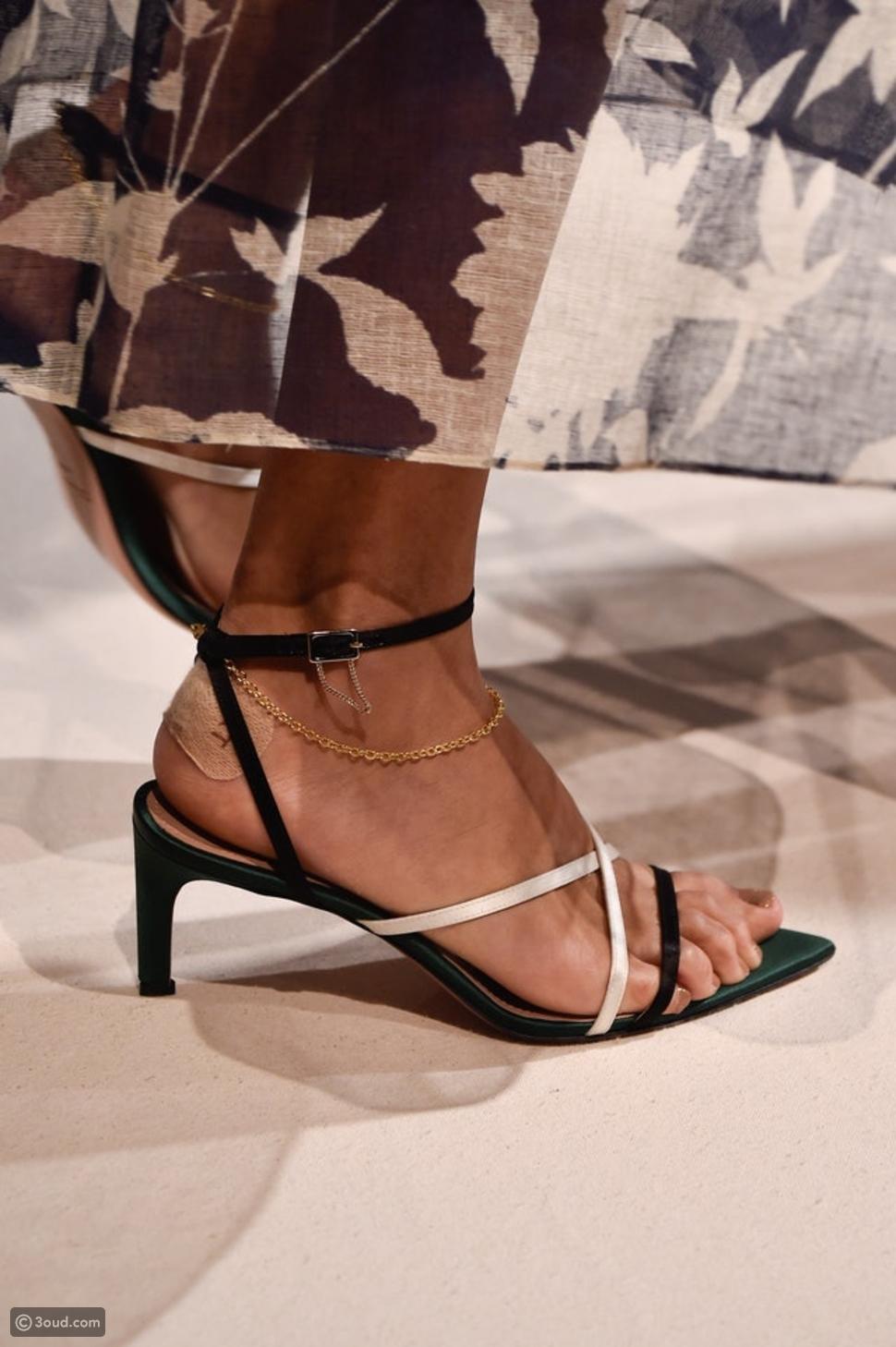 أحذية مزينة بالسلاسل