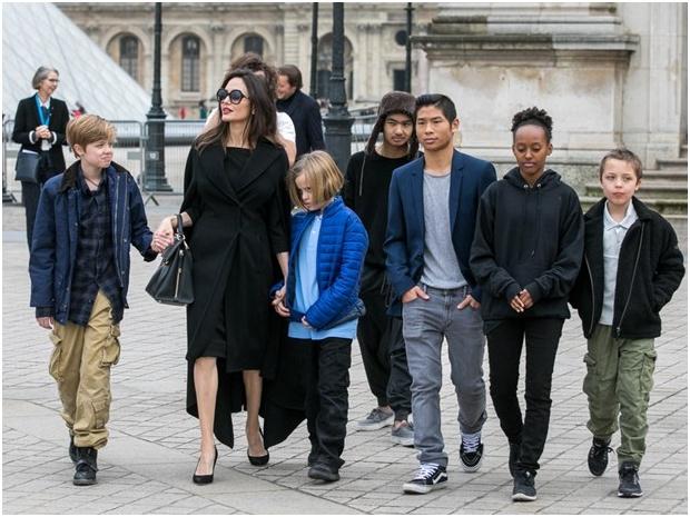 اتفاق أنجلينا جولي وبراد بيت على حضانة أطفالهما الستة بشكل مشترك