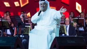 المسرح يتحول لساحة للضحك بسبب مزحة نبيل شعيل مع معجبة طلبت أغنية معينة