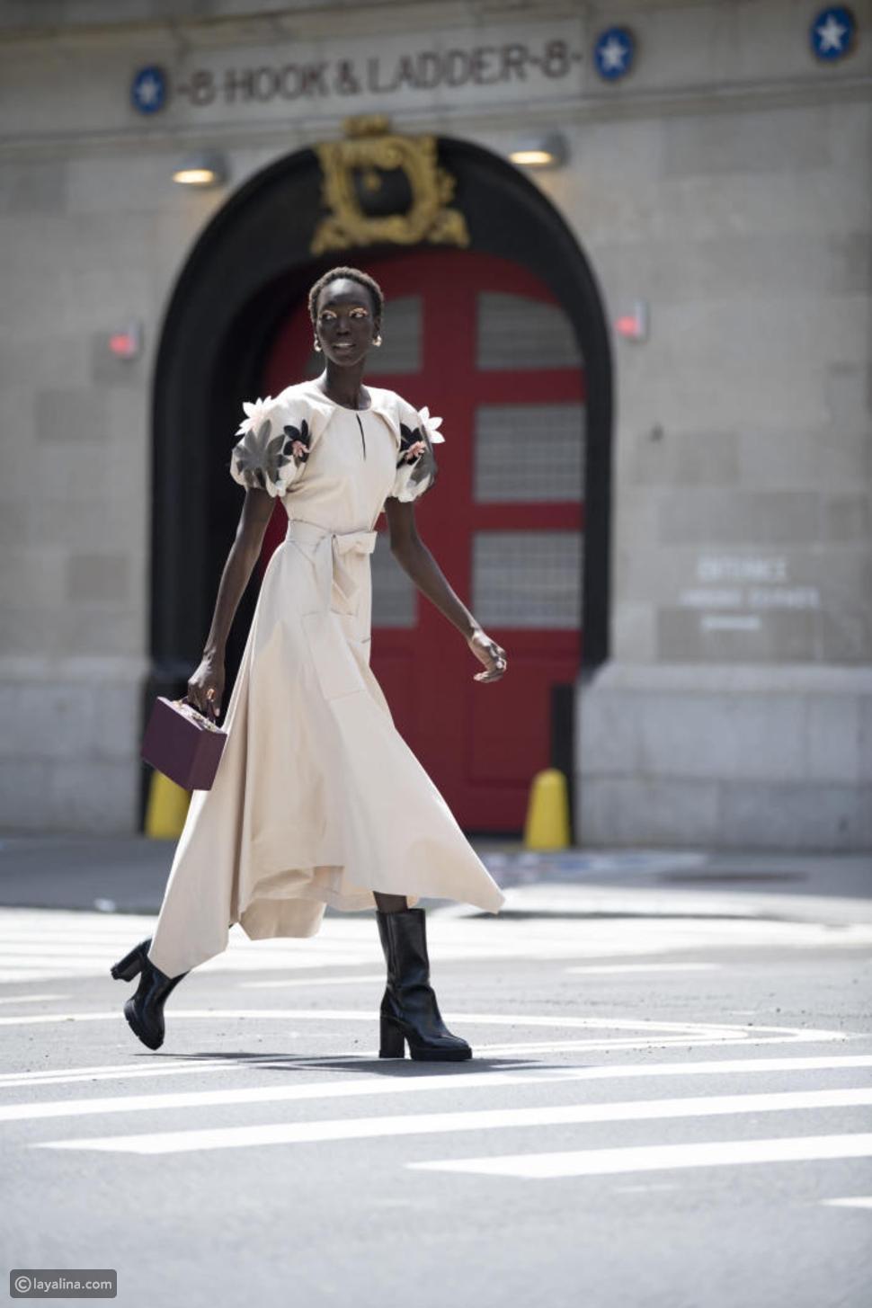 حذاء البوت مع فستان ميدي بتفاصيل مميزة