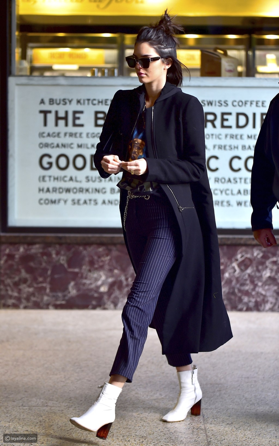 إطلالة داكنة مع هاف بوت أبيض على طريقة عارضة الأزياء كيندال جينر