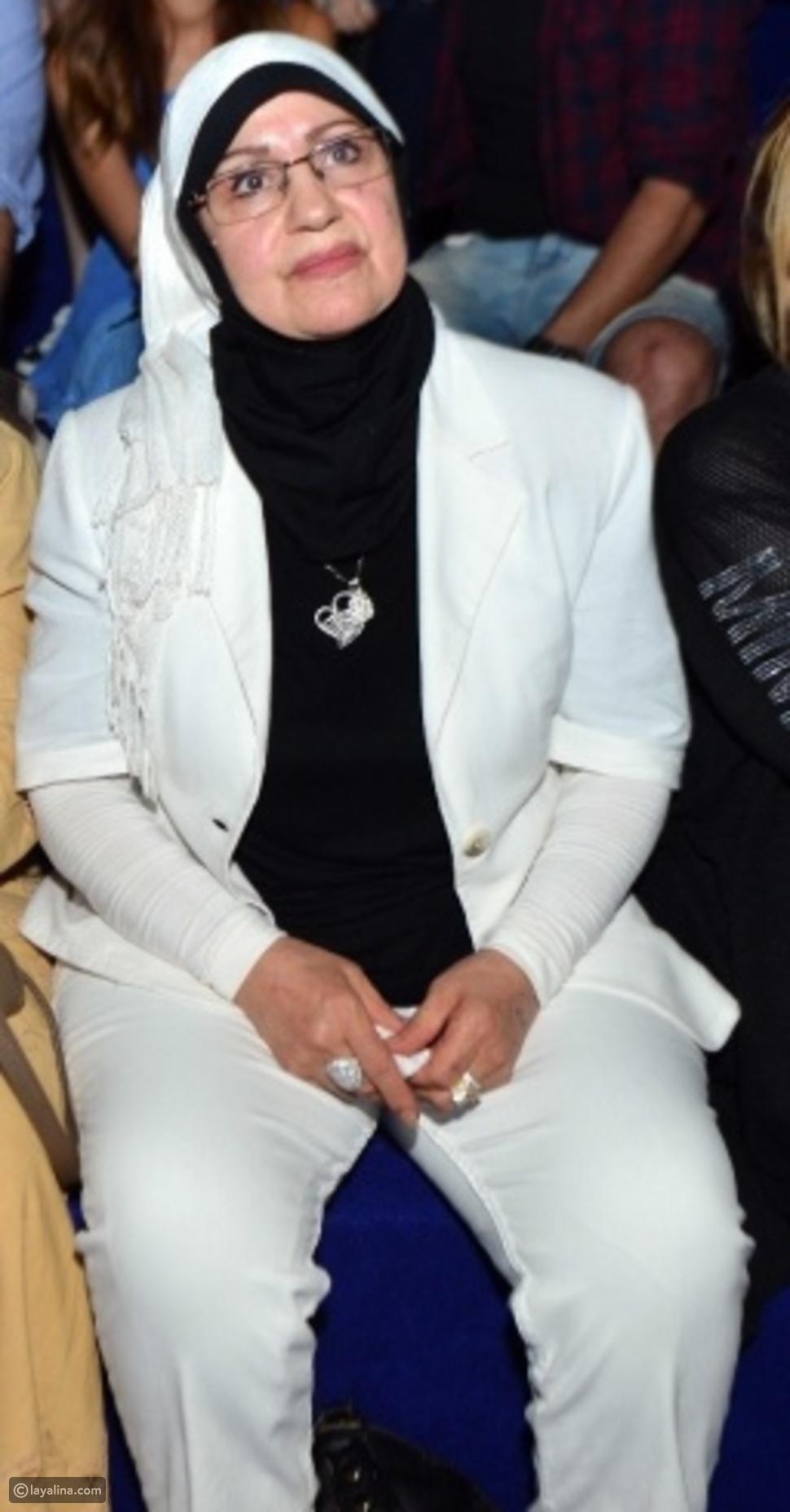 صورة والدة تامر حسني تسانده في حفله الأخير