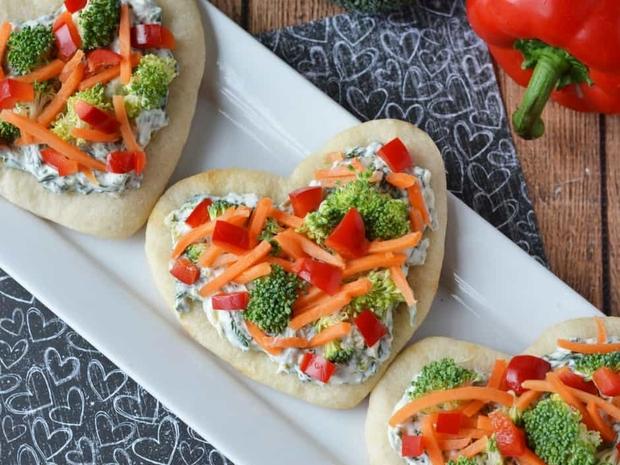قلوب البيتزا بالخضار لعيد الحب