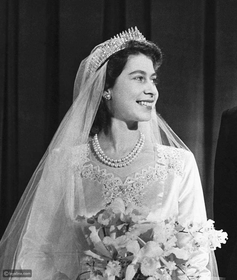 الملكة إليزابيث الثانية ترتدي تاجاً في حفل زفافها عام 1947