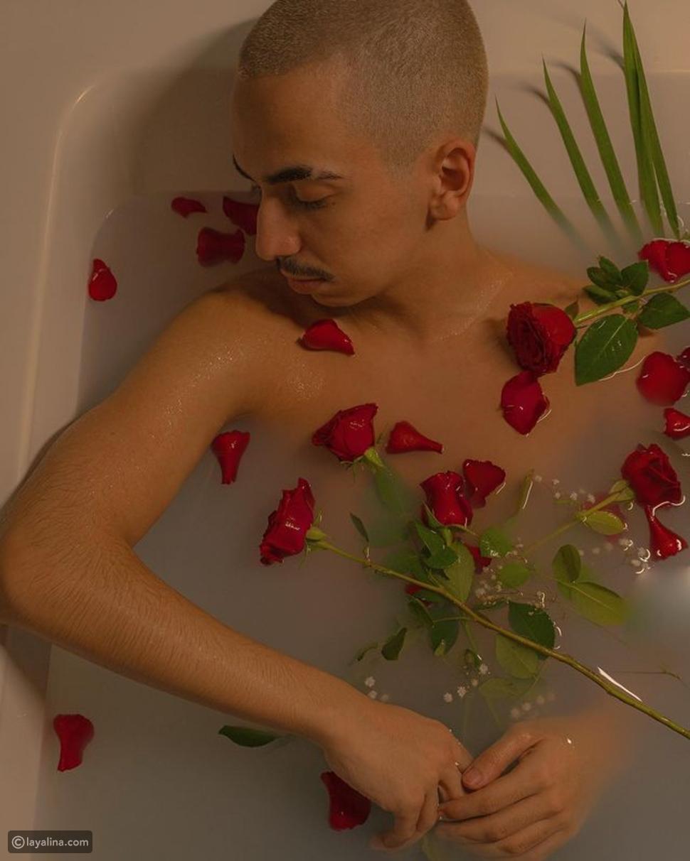 دايلر يفاجىء متابعيه بظهور غريب في جلسة تصوير داخل حوض الاستحمام