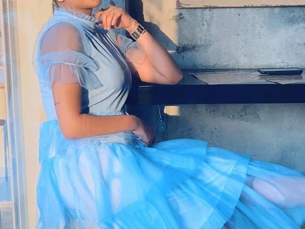 فرح الهادي تستعرض أنوثتها بفستان سهرة مذهل.. وكلمات أحلام لها تفاجئها