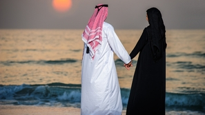 شاب كويتي وزوجته يثيران الجدل بتصرفهما.. واتهامات خدش الحياء تلاحقهما