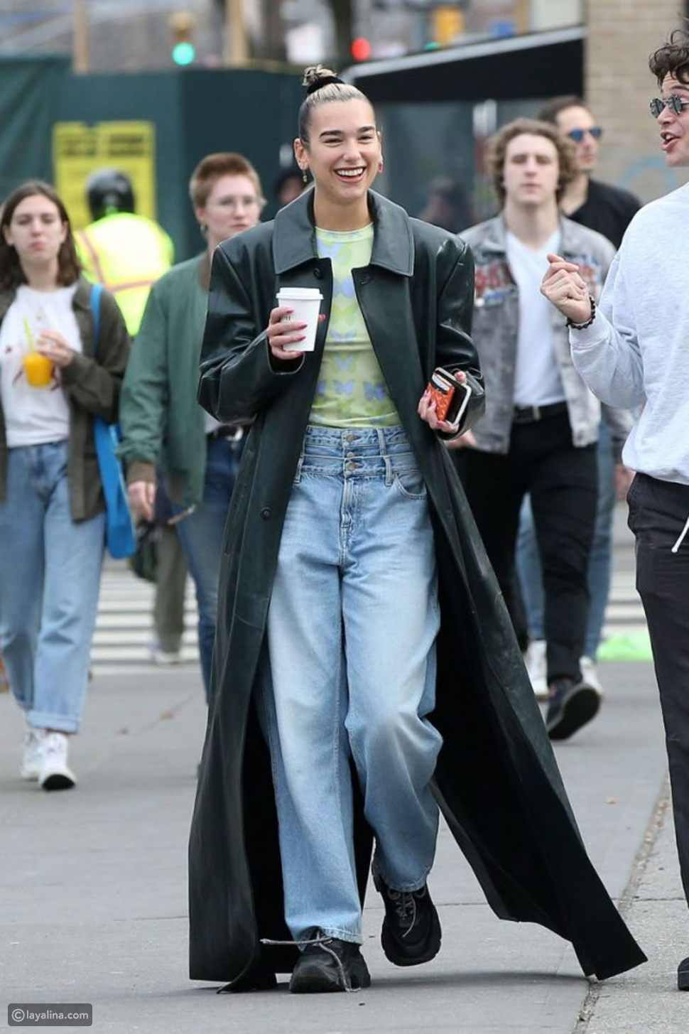 بنطال جينز فضفاض مع معطف طويل