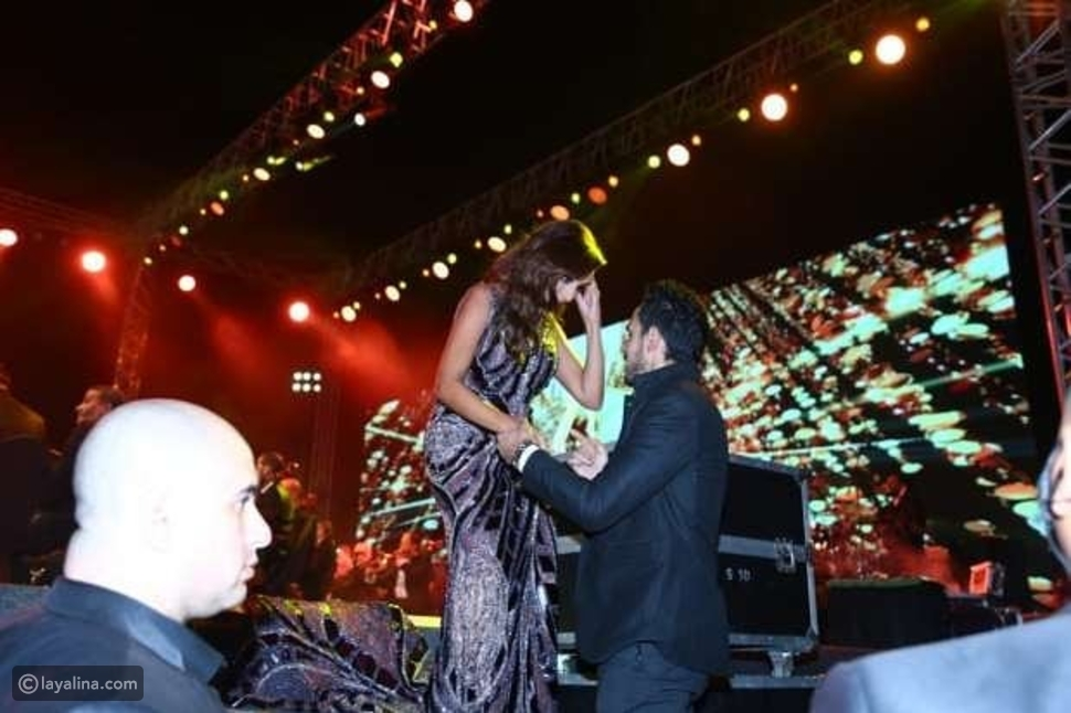 زوج أنغام يساعدها على النزول من المسرح