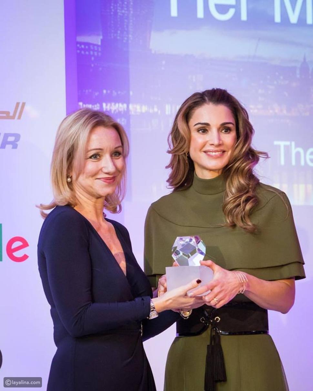 الملكة رانيا أثناء استلامها لجائزة الإنسانية من جمعية الصحافة الأجنبية في لندن