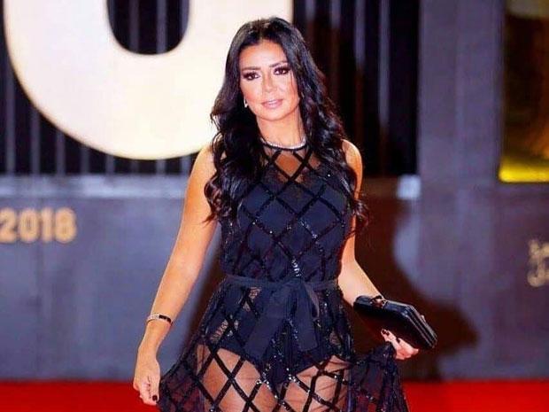 رانيا يوسف تثير الجدل بفستانها في ختام مهرجان القاهرة