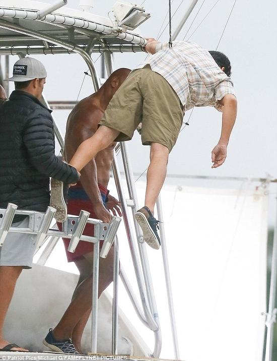 """صور نجم أفلام الأكشن دوين جونسون """"ذا روك"""" من كواليس عمله الجديد تثير ضجة بعد كشف الخدعة"""