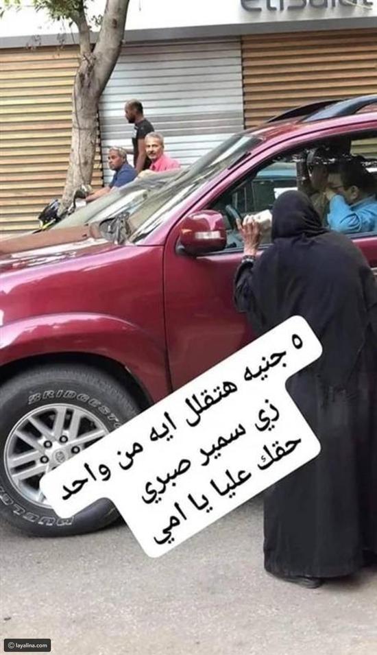 صورة ترصد تصرف سمير صبري نحو بائعة مناديل عجوز