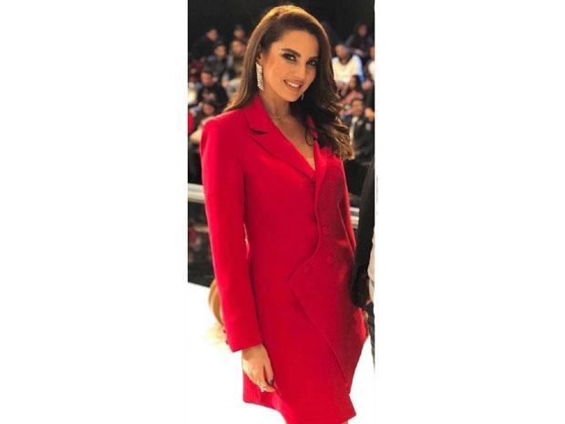 تألق درة بفستان بتصميم التوكسيدو الأحمر
