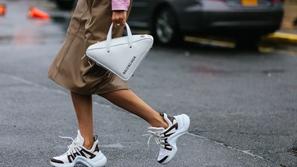 نسقي الأحذية الرياضية مع الملابس الكلاسيكية بطرق متنوعة