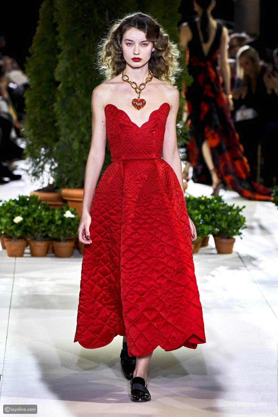 فستان باللون الأحمر مبطن من عرض أزياء أوسكار دي لارينتا