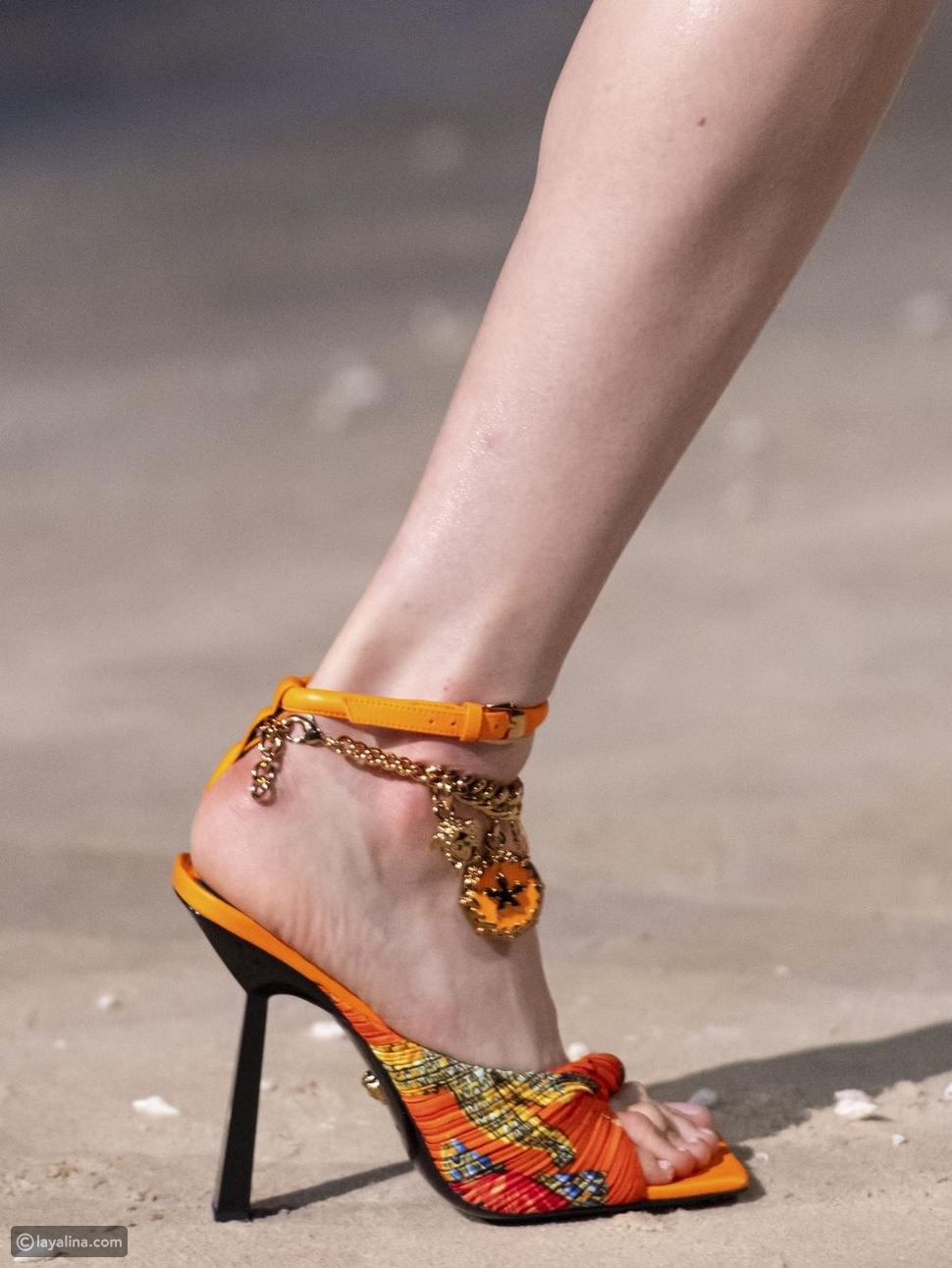 أحذية مزينة بوشاح