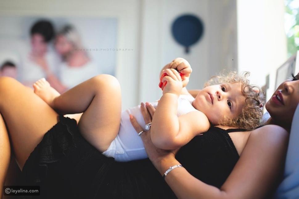 جويل مردينيان مع ابنها بالتبني في جلسة تصوير عفوية