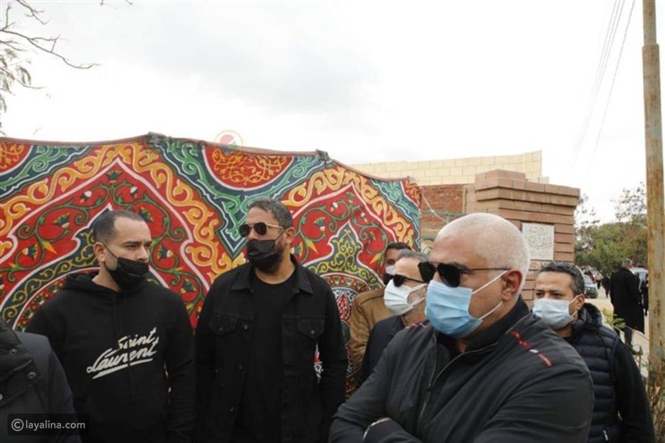 بعد انتشار شائعة الخلاف أمير كرارة بجانب أحمد السقا بجنازة محمد الصغير