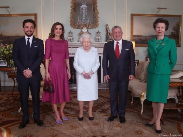 صورة للملكة إليزابيث مع ملك الأردن تثير القلق
