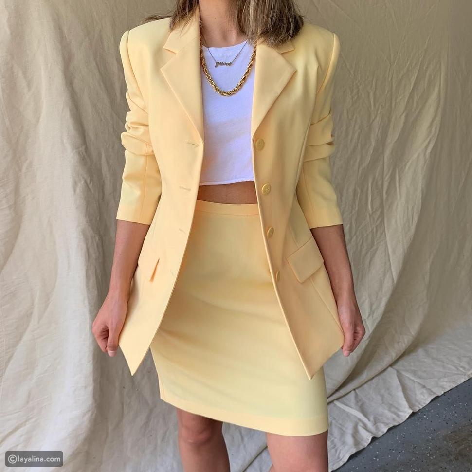 بدلة باللون الأصفر