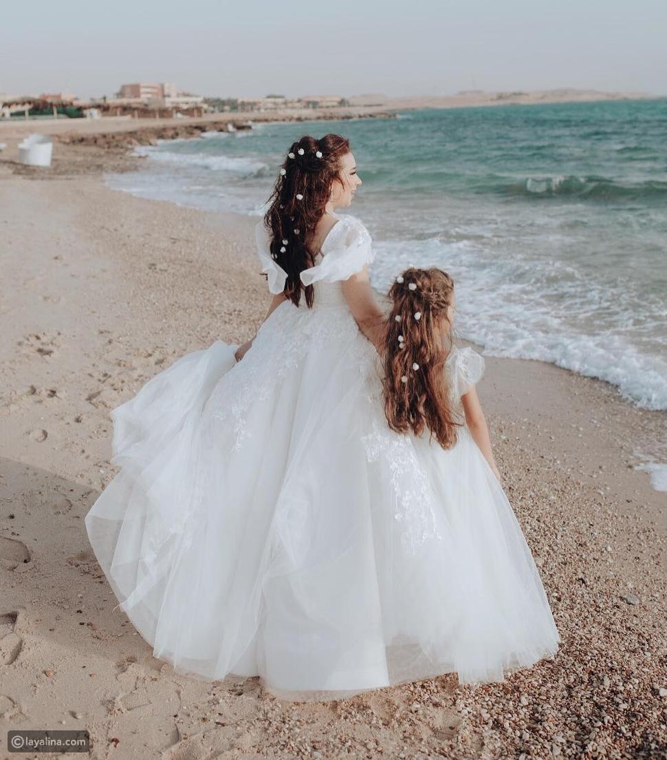 أسما شريف منير وابنتها بإطلالة متطابقة في حفل الزفاف