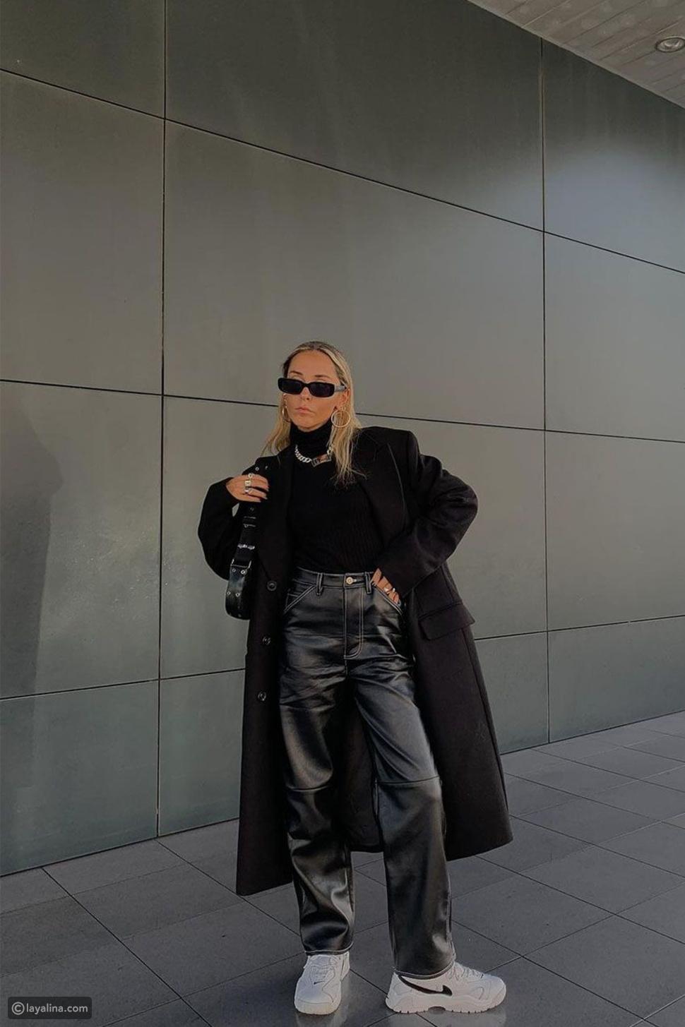 إطلالة أنيقة باللون الأسود مع معطف طويل وبنطلون جلد واسع