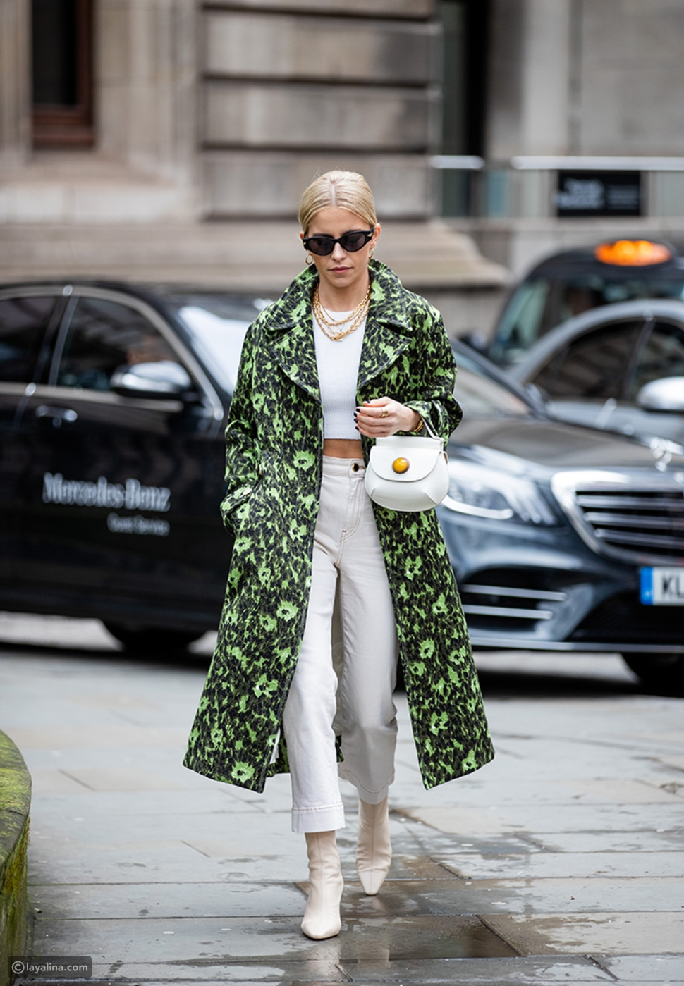 جينز أبيض مع معطف واسع