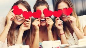 فيديو العازبات يتجاهلن عيد الحب ويفضلن الاستمتاع بـ Galentine's Day