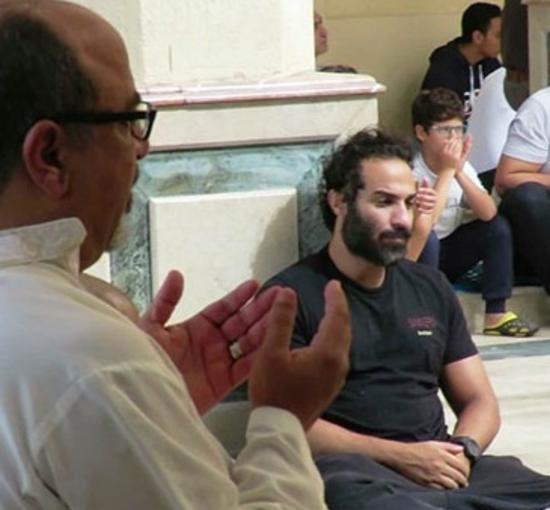 بكاء أحمد فهمي في جنازة والد أكرم حسني